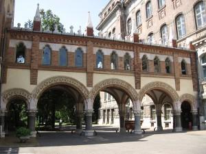 """A K épületet és a könyvtárat összekötő """"sóhajok hídja"""""""